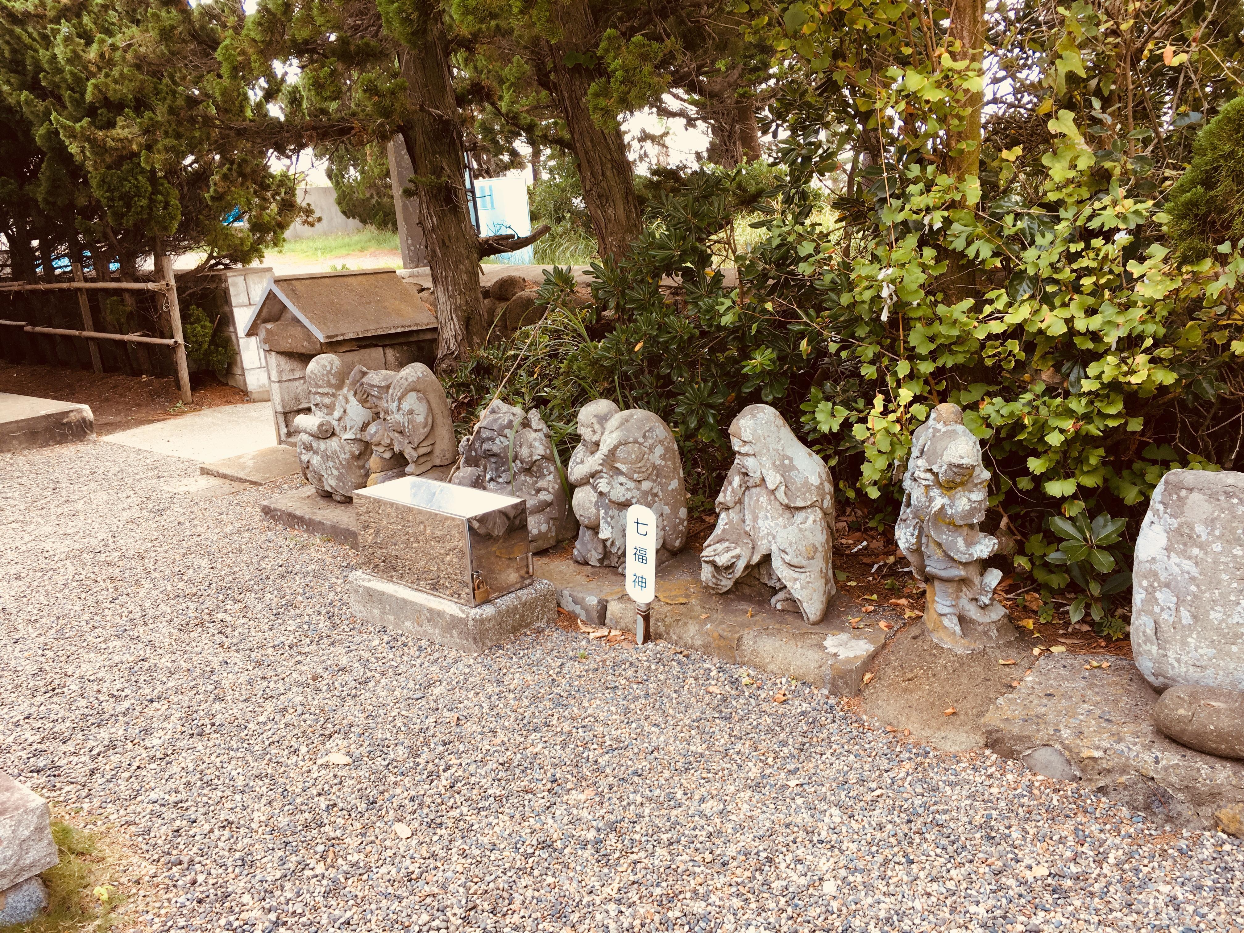 嚴島神社の像(千葉県千倉駅)