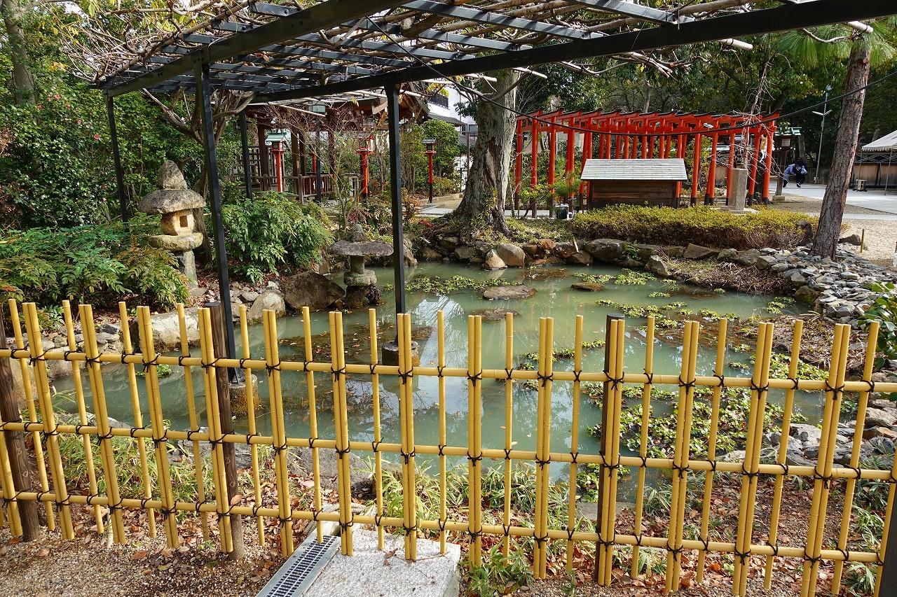 辛國神社の庭園