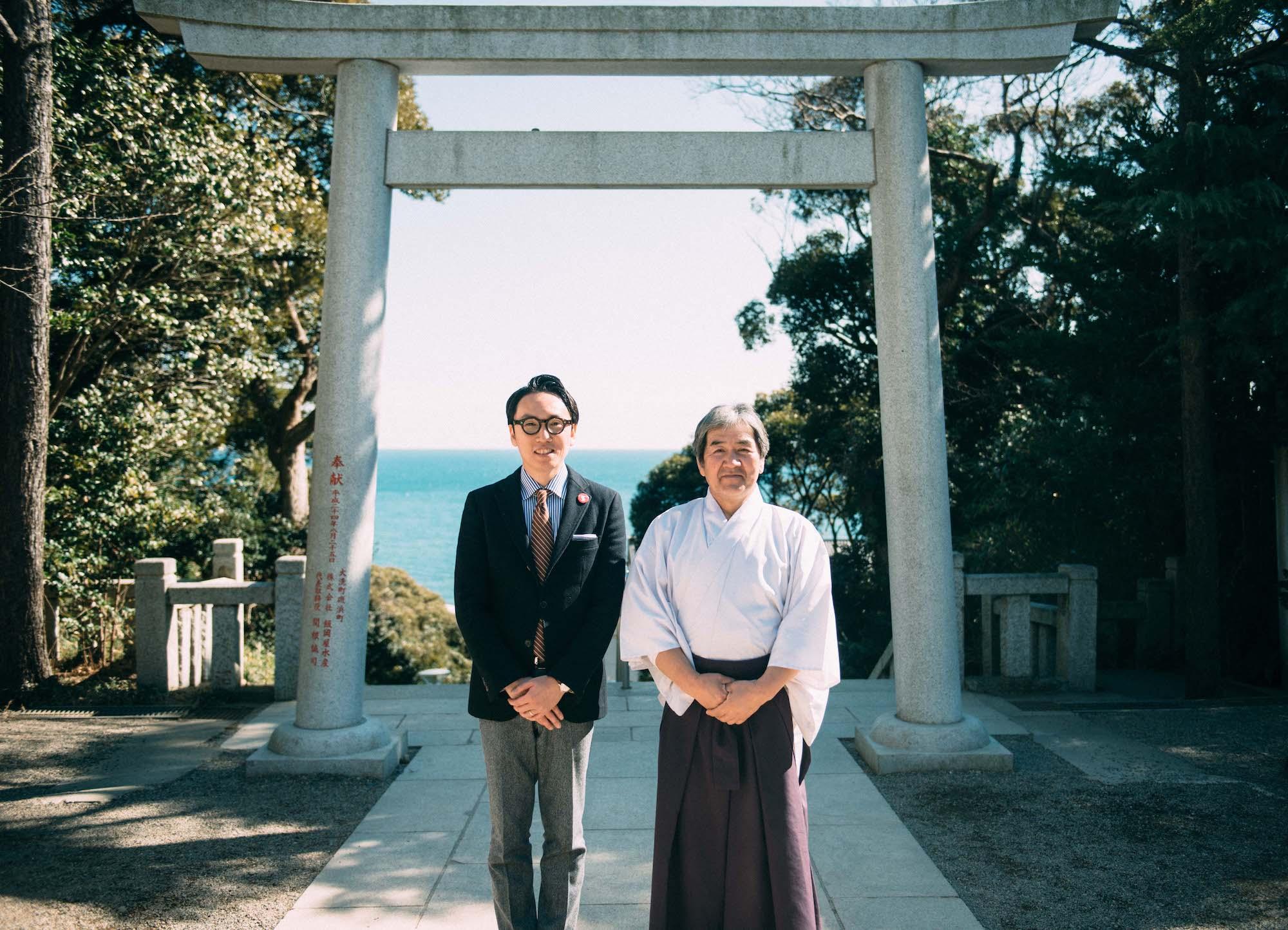 インタビューを受けた、大洗磯前神社の吉田権禰宜(右)と日本ふんどし協会会長の中川さん(左)