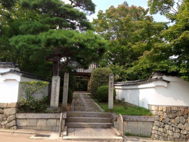 京都府源光庵の山門