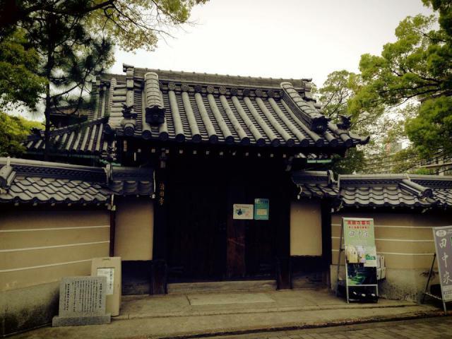 大阪府満願寺の山門