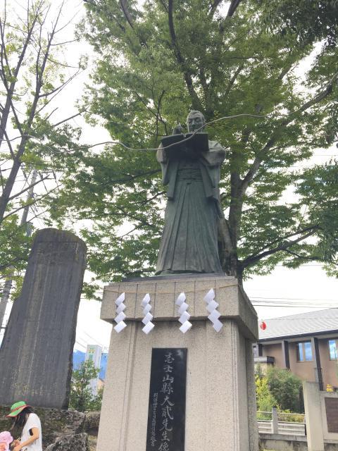 山縣神社の像