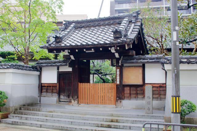 京都府勝円寺の山門