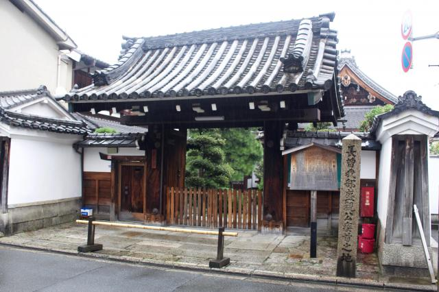 京都府蓮光寺の山門