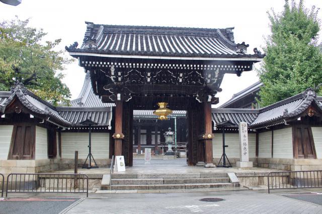 京都府佛光寺の山門