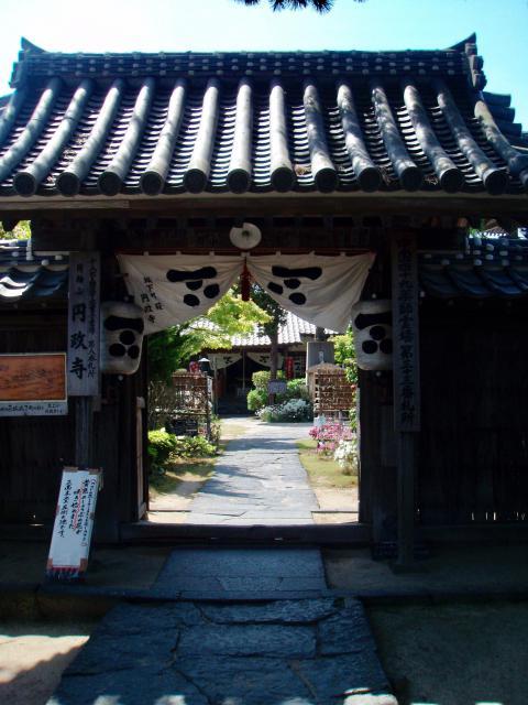 円政寺の山門