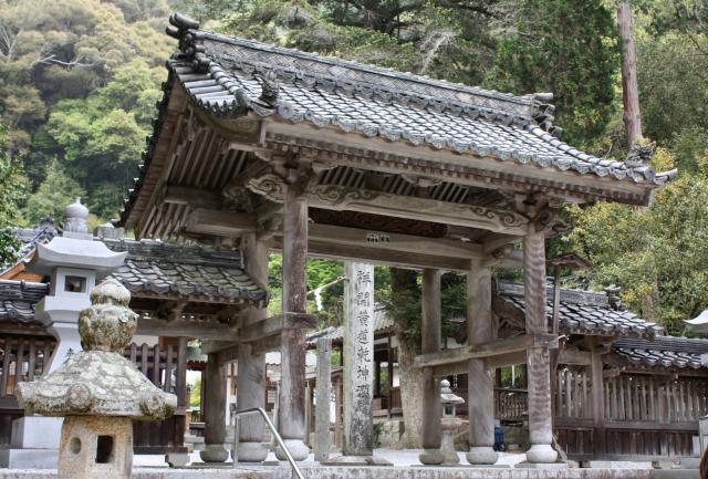 白山比咩神社の山門