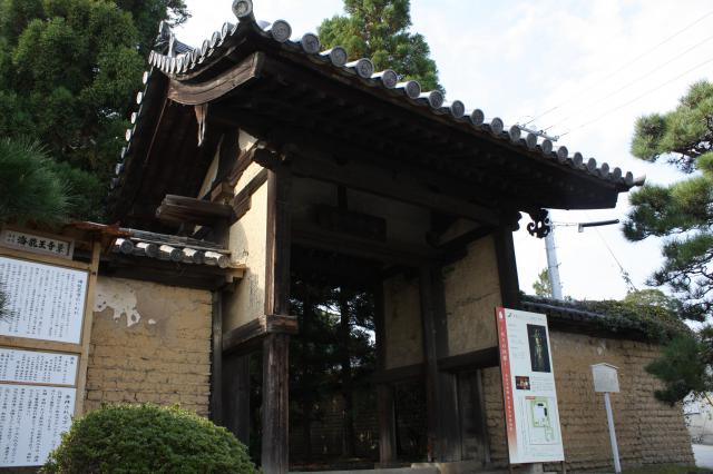 奈良県海龍王寺の山門