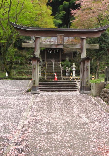 東京都高尾山麓氷川神社の鳥居