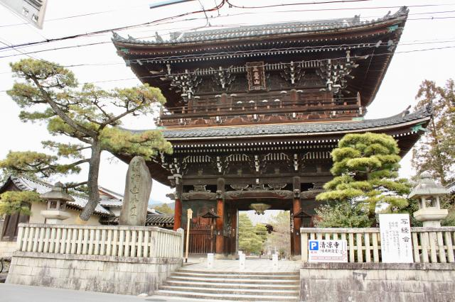 京都府清凉寺の山門