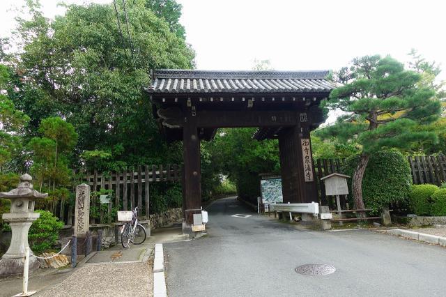 京都府即成院の山門