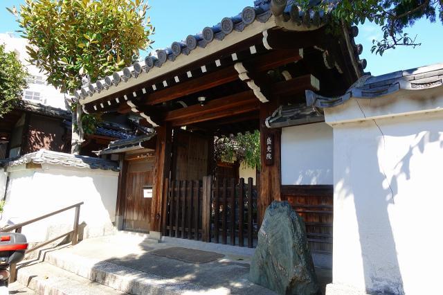京都府盛光院の山門