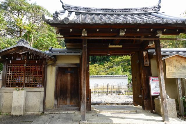 月眞院の山門