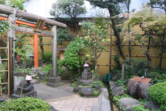 靍護稲荷神社の庭園